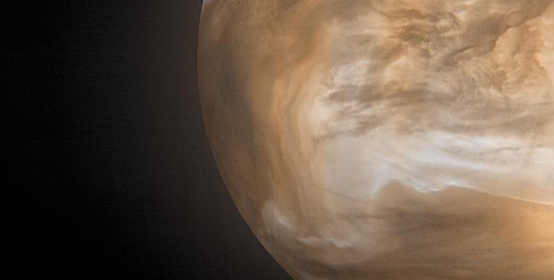 Sett i infrarött ljus – här med sonden Akatskuki – syns Venus moln tydligt. Bild: JAXA / ISAS / DARTS / Damia Bouic